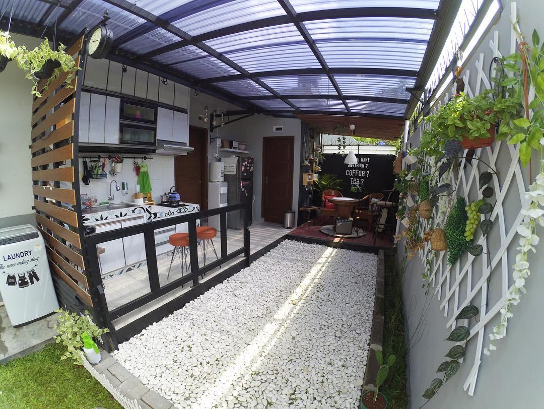 Dapur terbuka minimalis di bagian samping rumah