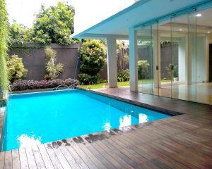6. kolam renang dengan pinggiran dek kayu